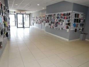 Centrum Dendermonde : Topaanbieding als handels-gelijkvloers van 180 m². Beschikt over alle comfort ! Meer info : 0475/788 695Mogelijkheid tot aa