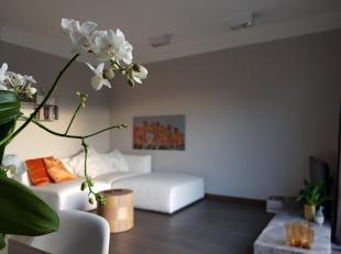 Dit luxueus afgewerkte appartement centraal gelegen nabij de Rooiegem op de 2de verdieping bestaat uit een inkomhal, een woonkamer met veel lichtinval