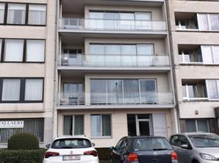 Dit gelijkvloers appartement is gelegen nabij de grote markt van Sint-Niklaas in een gebouw met lift. Indeling: Ruime inkomhall, gezellige living, kle