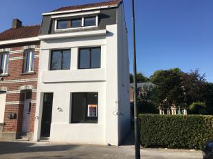 Deze woning werd volledig gestript en gerenoveerd : nieuwe elektriciteit, leidingen, ramen, vloer, keuken en badkamer, m.a.w. = instap klaar. Deze won