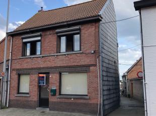 Een licht op te frissen woning, ideaal gelegen in het centrum van het pittoreske Baasrode en vlakbij de Schelde. De woning is op het gelijkvloers voor