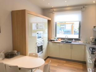 Deze woning is recent aangepakt en gerenoveerd, nieuwe keuken, buitenschrijnwerk, badkamer, enz.. Deze woning is een combinatie van oud en nieuw. Vanu