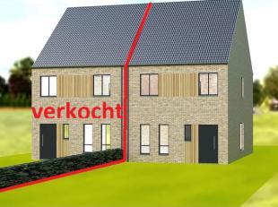 De indeling van de woning is als volgt:GelijkvloersOp het gelijkvloers is er een hal, wc, berging, volledig ingerichte keuken en een leefruimte.Eerste