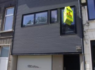 Knap gerenoveerde, moderne woning, vlak in het centrum van Aalst, biedt enorm veel mogelijkheden als wooneenheid en/of handelspand. De woning omvat: g