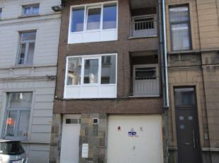 Deze opbrengsteigendom, gelegen in het centrum van Aalst werd recent gerenoveerd en bestaat uit:- 3 appartementen met twee slaapkamers- 1 appartement