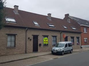 De woning, gebouwd in 1994, heeft op het gelijkvloers een inkomhall, living met open keuken (met alle toestellen), een toilet, berging en aangename ve