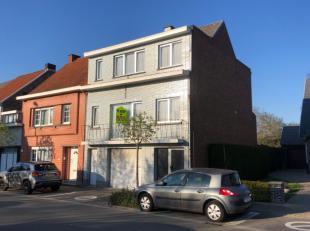 Deze op te frissen, gunstig gelegen woning omvat op het gelijkvloers: ruime inkomhal, grote garage, wasplaats en stookplaats. Op de eerste verdieping