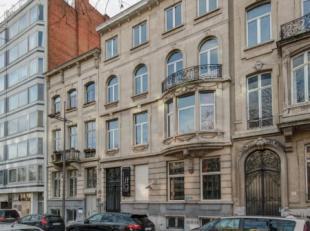 Op een toplocatie in het hartje Antwerpen bevindt zich achter deze prachtige gevel, daterende van 1900, een totaal gerenoveerd, uniek gelijkvloers-app