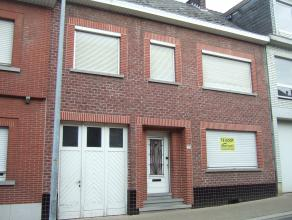 te renoveren ruim woonhuis met garage en tuin<br />  <br /> indeling gelijkvloers : gang - trap - ruime  living - keuken - bergingen - kelder en  tu