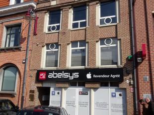 Mooi handelsgelijkvloers/kantoorruimte te koop, gelegen te Waver, Place Bosch 14, voorheen: computerwinkel. <br /> Het pand heeft een gelijkvloerse op