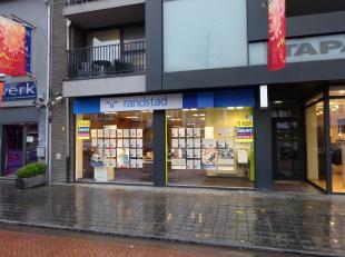 Mooi kantoor/handelspand te huur, gelegen te Maasmechelen- Pauwengraaf 51. Voorheen: Randstad. <br /> Het pand heeft een oppervlakte van 279 m² e