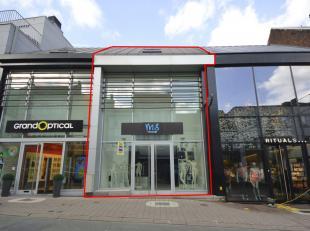 Modern handelsgelijkvloers te huur, gelegen te Geraardsbergen, Grotestraat 65, voorheen M&S Mode. Het gelijkvloers heeft een oppervlakte van 300 m