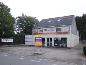 Modern handelsgelijkvloers met bovengelegen duplexappartement te koop, gelegen op de buitenring van Lommel op een perceel van 07 a 17 ca. Het gebouw o