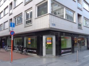 Unieke hoeklocatie te huur, gelegen in het centrum van Blankenberge- Kerkstraat 133. Het gelijkvloers heeft een oppervlakte van 67 m². Verder is