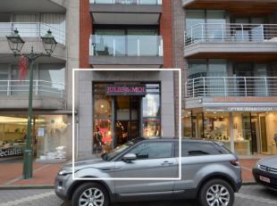 Modern handelsgelijkvloers te huur, met een oppervlakte van ca. 220 m², gelegen op de belangrijkste winkelstraat van Knokke met enorm veel passag