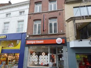 Top gelegen opbrengsteigendom te koop, gelegen op een perceel van ca. 83 m² in de belangrijkste winkelstraat van Halle. <br /> Dit pand bestaat u