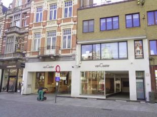Groot & modern handelsgelijkvloers te huur op een toplocatie te Mechelen. <br /> Dit pand heeft een gelijkvloerse oppervlakte van ca. 795 m².