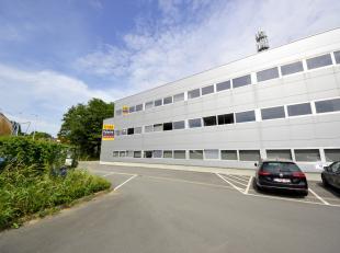Centraal gelegen kantoorruimte (tweede verdiep) met parkeergelegenheid in het centrum van Ninove ('Mallaard'). <br />  Deze mooie lichtrijke ruimte be