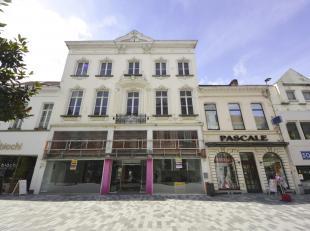 Dit karakteristiek handelshuis is opvallend door zijn mooie straatbreedte en prachtige gevel en is gelegen op het beste deel van de Stationsstraat in