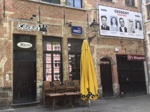 Commercieel handelspand/horecaruimte + leuke binnenkoer te huur, gelegen aan de Stadswaag te Antwerpen. Dit pand heeft een gelijkvloerse oppervlakte v