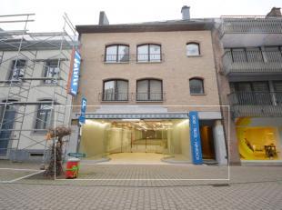 Ruim handelsgelijkvloers/kantoor te huur, gelegen in het centrum van Halle naast uitzendkantoor 'Vivaldis' en in de directe omgeving van KBC Bank. Dit