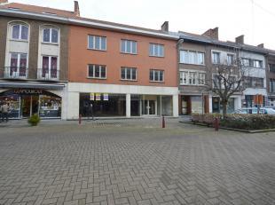 Handelspand te huur, gelegen in het centrum van Saint-Ghislain. Het pand heeft een gelijkvloerse oppervlakte van 681 m² en loopt door tot de acht