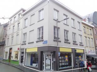 Cruciaal hoekpand (handelsgelijkvloers/kantoor) te huur, gelegen in het centrum van Leuven. <br /> Dit pand heeft een gelijkvloerse opp. van ca. 125 m