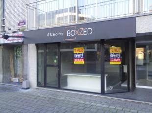 Handelsgelijkvloers/kantoor te huur, gelegen in het centrum van Ninove, vlakbij het 'Ninia Shopping Center'. <br /> Het pand heeft een oppervlakte van
