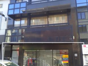 Centraal gelegen handelsgelijkvloers te huur, in het centrum van Halle. <br /> Dit pand heeft een gelijkvloerse oppervlakte van ca. 228 m² en een