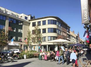 Modern handelsgelijkvloers/kantoor met een oppervlakte van ca. 377 m² + zolderruimte, gelegen in het centrum van Halle. <br /> Dit betreft een is