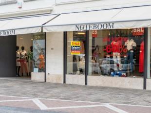 Handelspand te huur, gelegen in het centrum van Brugge op een commerciële ligging met een gevelbreedte van ca. 12 meter. <br /> Dit pand heeft ee