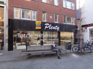 Top gelegen handelsgelijkvloers met een uitstekende visibiliteit (gevelbreedte: 11 m),  gelegen op het beste deel van de beste winkelstraat van Leuven