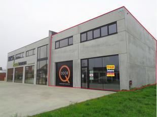 Bel 054 33 62 52 voor verdere inlichtingen of een bezoek - Prachtige showroom/commercieel gelijkvloers/kantoor met parkeergelegenheid, gelegen op de d