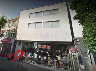 Modern handelsgelijkvloers + (deel van de) eerste verdieping te huur, gelegen in het centrum van Tienen. Dit pand heeft een gelijkvloerse oppervlakte