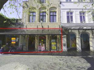 Handelspand (ca. 374 m²) op topligging Zilverpand in het commerciële centrum van Brugge.<br /> Zichtbare vitrine met goede inkijk in winkel.