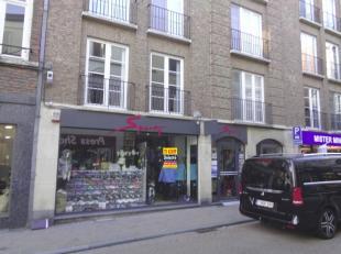 Modern handelsgelijkvloers/kantoor te huur in het centrum van Tienen. Het gelijkvloers heeft een oppervlakte van ca. 84 m² + een stockruimte in d