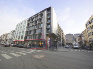 Commercieel nieuwbouw gelijkvloers te huur, gelegen vlakbij Brussel-Zuid op de hoek van de 'Rue Brogniez' en 'Rue Rossini'. <br /> Dit pand heeft een