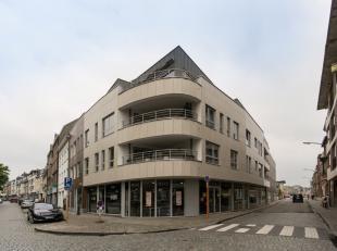 Modern handelspand of kantoor met goede visibiliteit, in het centrum van Tienen. Deze commerciële ruimte is instapklaar, met gepolierde betonvloe