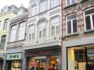 Karaktervolle handelseigendom, gelegen in het centrum van Mons. Dit pand bestaat uit een handelsgelijkvloers van ca. 143 m²+ bovengelegen verdiep