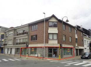 Instapklaar kantoor met achtergelegen parking gelegen op een prachtige hoeklocatie in Sint-Gillis-bij-Dendermonde. Dit pand geeft een gelijkvloerse op