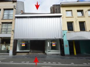 Ruim handelsgelijkvloers met een oppervlakte van ca. 500 m² en een gevelbreedte van ca. 9 meter. <br /> Dit pand bestaat uit een winkelruimte met