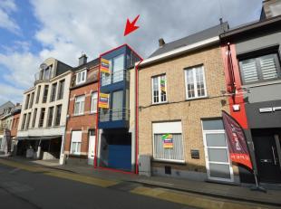 Voor meer info of een bezoek bel 0474 33 27 85 - Perfect onderhouden woning met garage te huur, gelegen in het centrum van Ninove. De woning dateert v