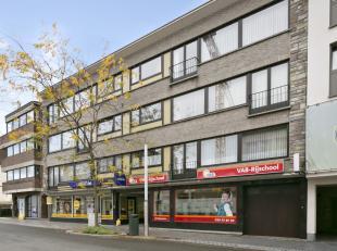 Ruim tweeslaapkamer appartement te huur, gelegen in het volle centrum van Ninove op de tweede verdieping. <br /> Het appartement bestaat uit een  inko