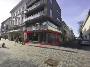 Cruciaal instapklaar hoekpand, gelegen op de hoek van de Casinostraat en de Stationsstraat. Dit pand heeft een gelijkvloerse oppervlakte van ca. 86 m&