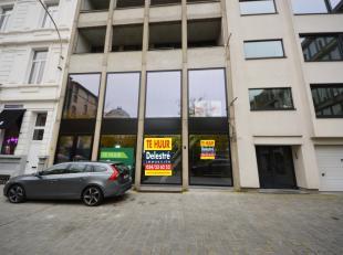 Top gelegen commercieel gelijkvloers gelegen aan de bruisende Theodoor Van Rijswijckplaats, vlakbij de gekende Nationalestraat en de Kammenstraat. Med