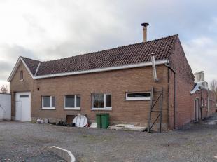 Ninove , Edingsesteenweg 251 : Een villa omvattende mooie inkomhal, ruime woonkamer, via zij-ingang toegankelijke kantoorruimte,    ingerichte keuken,