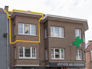 Ninove, Brusselstraat 67. Een duplex appartement omvattende: inkomhall, woonkamer met eetplaats, keuken, toilet, twee slaapkamers en badkamer met douc