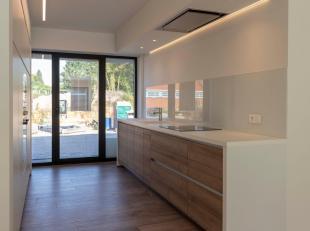Moerbeke, Edingseweg 212i bus 2. Ruim nieuwbouw appartement met luxe-afwerking. Dit gelijkvloers appartement omvat: inkomhal, woonkamer, keuken, twee
