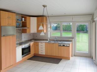 Grimminge, Rijtestraat 45. Deze halfopen bebouwing omvat: inkomhal, woonkamer, ingerichte  keuken met toestellen, toilet, wasplaats/berging en garage.