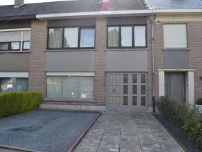 Deze mooie woning staat in een rustige woonwijk in Erembodegem, dichtbij de op- en afrit E 40 afrit Aalst.Bij het binnenkomen komt men in de ruime hal